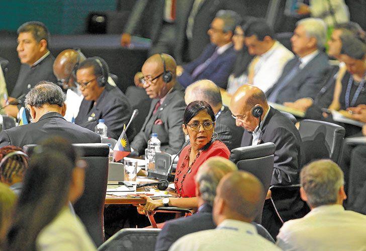 Rojo. La canciller venezolana, Delcy Rodríguez, durante la reunión regional.