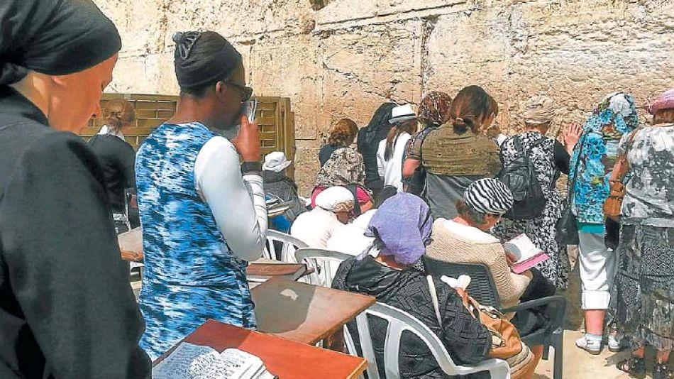 Mujeres. Rezan en su sector en el Muro de los Lamentos, uno de los temas de la polémica.