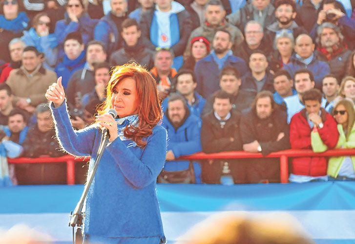Ella. CFK apareció sin demasiado maquillaje y sin gritos. Actúa con humildad.
