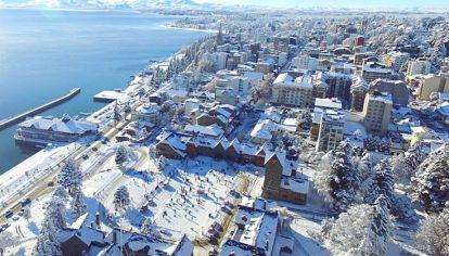 Hoy. Una vista aérea de Bariloche, ya con todos sus servicios en funcionamiento y llena de nieve.