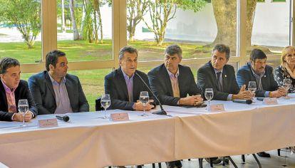 En sintonía. Dujovne, Triaca, Macri, Buryaile, Etchevhere y Ayala firmaron el acuerdo en Olivos.
