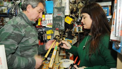 Conocedoras. Eugenia Castagnino consulta a Gabriel Ferro sobre las calidades de los martillos.