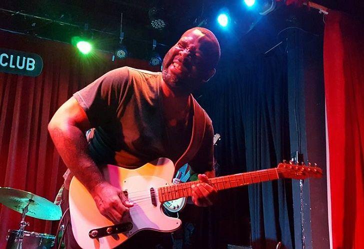 El guitarrista Kirkie Fletcher tocando en el Bep Bop Club