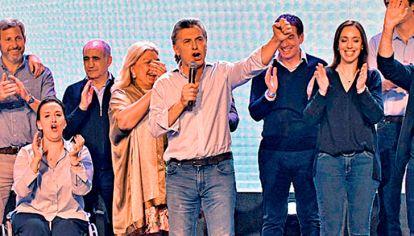 FESTEJO. Macri y los principales dirigentes de Cambiemos, el domingo a la noche en el búnker de Costa Salguero, durante la celebración del resultado de la elección.