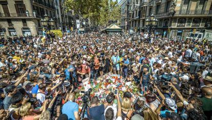 Congoja. La plana mayor del gobierno y cien mil personas salieron a desafiar el estado de pánico en Cataluña.