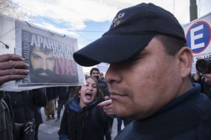 Esquel: manifestantes se enfrentaron con custodios del juzgado por Santiago Maldonado