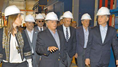 El casco puesto. Vidal, Aranguren, Mindlin y Macri, en una reciente inauguración. Esperan que los próximos dos años la economía del país vecino juegue a favor.