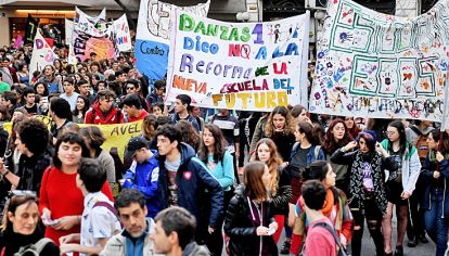 Consignas. En la protesta de ayer, padres y docentes acompañaron a los estudiantes.