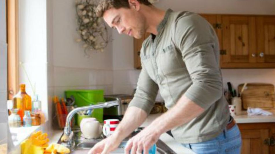 El hombre lava los platos