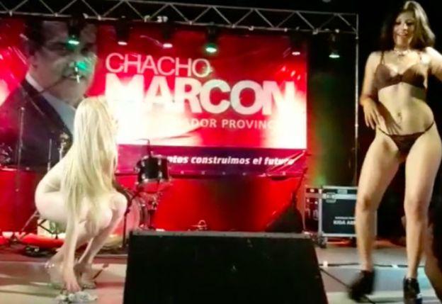 Dos strippers bailaron con publicidad de un senador santafesino de fondo — Escándalo