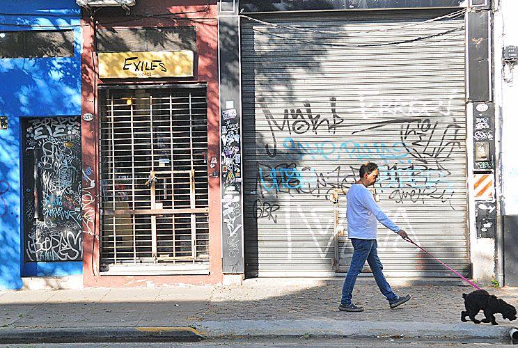 Frentes. Los grafitis se repiten en las persianas y las paredes.