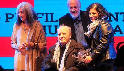 Aplausos. María Kodama le dio el premio a Quino; en la foto con su sobrina y Daniel Divinsky.
