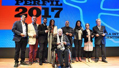 Elegidos. Quino sumó emoción a la clausura de la ceremonia de los Premios Perfil 2017. El reconocido padre de Mafalda permaneció hasta el final y posó con los galardonados.