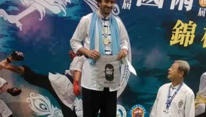 Marco Bulfano, tras ganar el título mundial de Kung Fu en Taipei con la imagen de Santiago Maldonado.