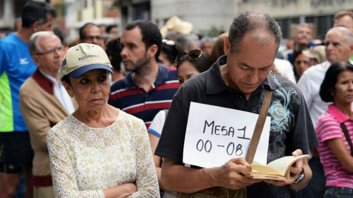 Citizens wait for voting in Venezuela.