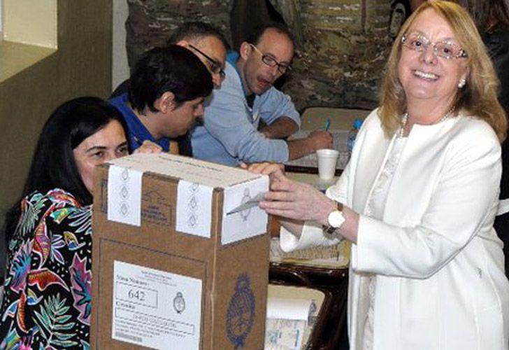 La gobernadora de la provincia de Santa Cruz Alicia Kirchner Emitiendo su Voto