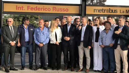 Macri, acompañado de candidatos propios, inaugura una obra pública.