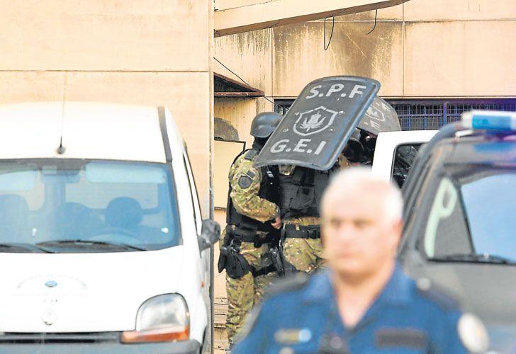 ¿VENTILADOR?. El ex ministro, debajo de escudos policiales, al ser trasladado desde los tribunales de Comodoro Py. Allí podrían desfilar ejecutivos de multinacionales.