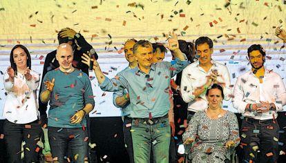 Festejo. El domingo a la noche, Macri y los principales dirigentes de Cambiemos subieron al escenario a celebrar el triunfo en Buenos Aires y otras 12 provincias.