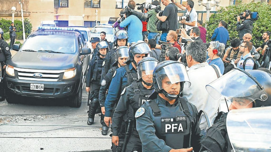 A vehicle carrying Julio De Vido leaves the Comodoro Py Courthouse on Wednesday.