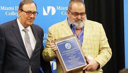 Galardón. El conductor de PPT junto al presidente del IID, Carlos Montaner, recibiendo su distinción.