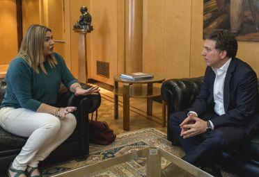 El ministro de Hacienda, Nicolas Dujovne, y la gobernadora de Tierra del Fuego, Roxana Bertone.
