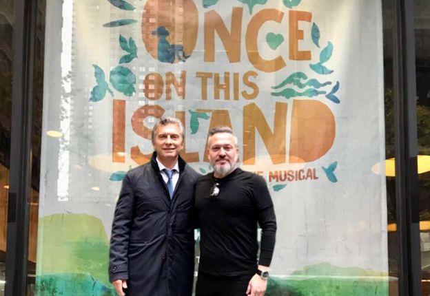 "Mauricio Macri y Diego Kolankowsky frente a la marquesina de ""Once on this island""."