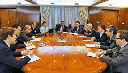 CARA A CARA. Ayer, la misión del Fondo Monetario Internacional visitó al ministro de Hacienda, Nicolás Dujovne, y su equipo. Hubo respaldo y también observaciones.