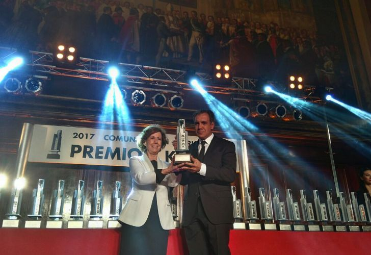 Clara Mariño entrega a Daniel Hadad el premio a Emprendimientos Digitales