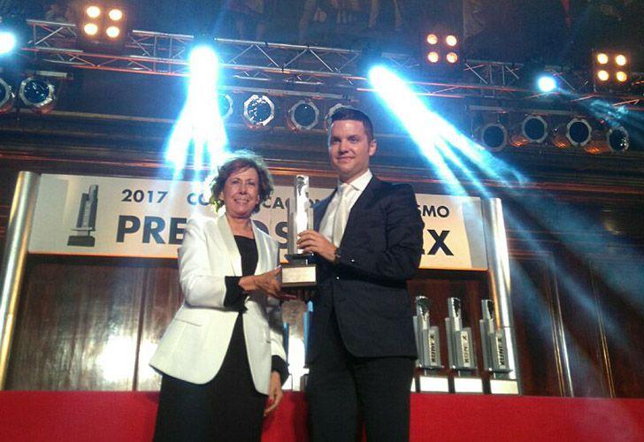 Clara Mariño entrega el premio revelación a Santiago del Moro