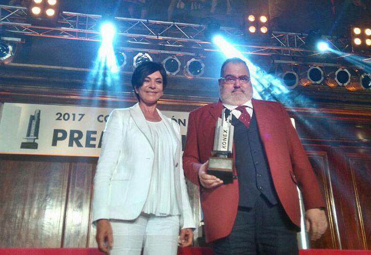 Mónica Gutiérrez entrega a Jorge Lanata el galardón por la tarea televisiva