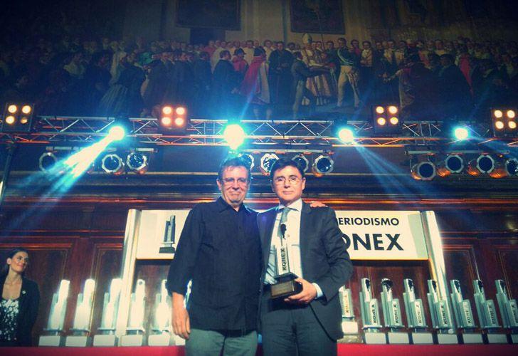 Roberto Guareschi entrega a Jorge Fontevecchia el premio a la Dirección Periodística