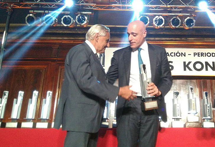 Rosendo Fraga entrega el galardón de Análisis Político a Carlos Pagni