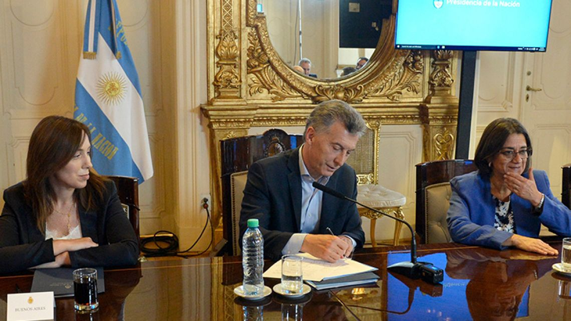 President Mauricio Macri signs off on a deal with 22 of the 23 provinces over federal funding.