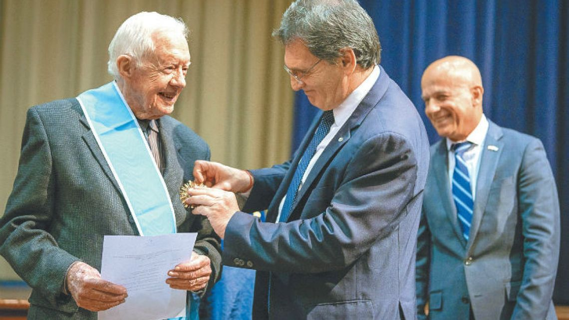 Former US President Jimmy Carter receives the Order of the Liberator General San Martín.