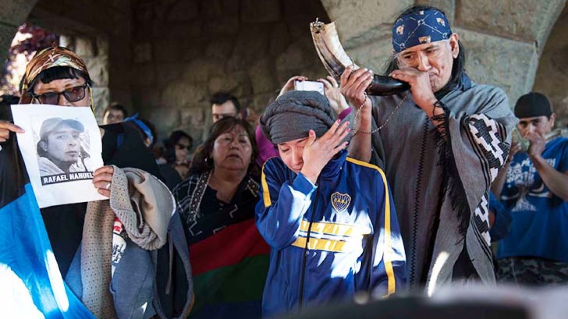 A group of Mapuches and their supporters gathered in Bariloche's main square on Sunday to mourn the death of 22-year-old Rafael Nahuel.
