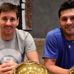 Lionel Messi junto a su hermano Matías