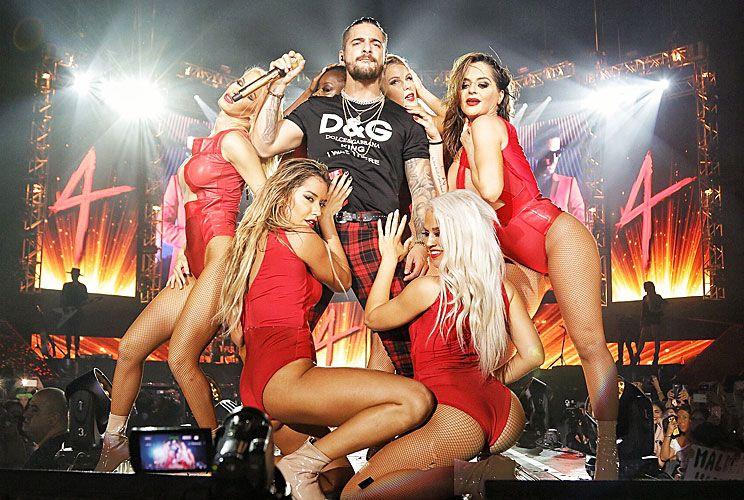Sex symbol. Juan Luis Londoño Arias, tal es su nombre real, explota su imagen de sex symbol sobre el escenario, destilando sensualidad y dejándose tocar por el cuerpo de bailarinas. Su carisma inunda el escenario de punta a punta.