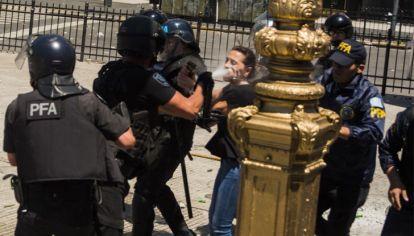 La diputada Mayra Mendoza sufrió la represión frente al Congreso