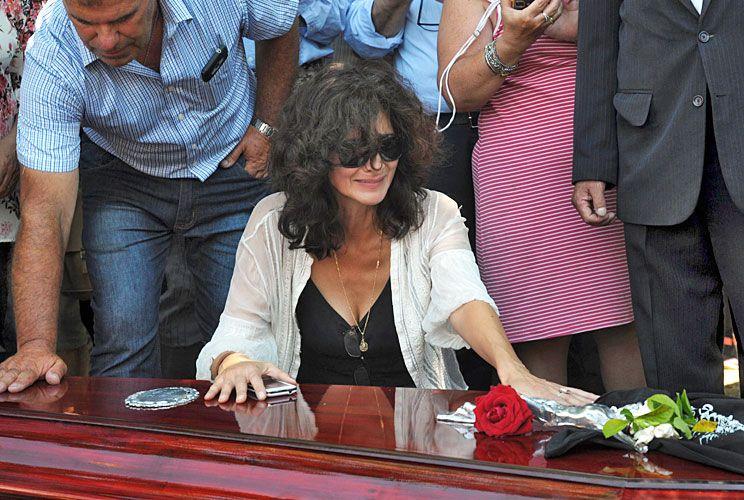 Tristeza. Su hija Micaela arrojó flores y champagne sobre el ataúd de su padre en el cementerio.