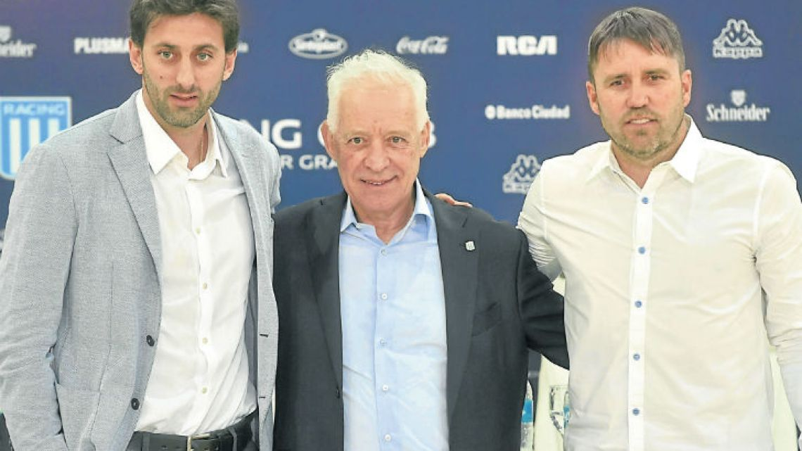 Racing President Víctor Blanco presents his new management team: former player Diego Milito (left) and Eduardo Coudet (right).