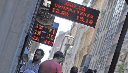 Calor. La temperatura siguió en alza pero el dólar trajo alivio, con una baja de 55 centavos.