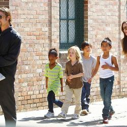 brad-pitt-and-angelina-jolie-with-their-six-kids