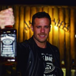 el-brand-ambassador-de-jack-daniels-gustavo-vocke-deleitando-a-los-riders-con-los-mejores-tragos-en-el-festejo