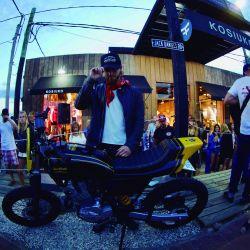 luca-bonomi-junto-a-la-motocicleta-customizada-por-hcg-y-hot-wheels-que-fue-sorteada