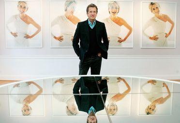 Mario Testino posa junto a los retratos que realizó de Lady Di.