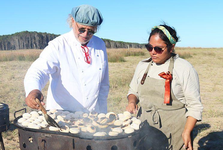 El reconocido chef argentino Francis Mallmann en plena acción.