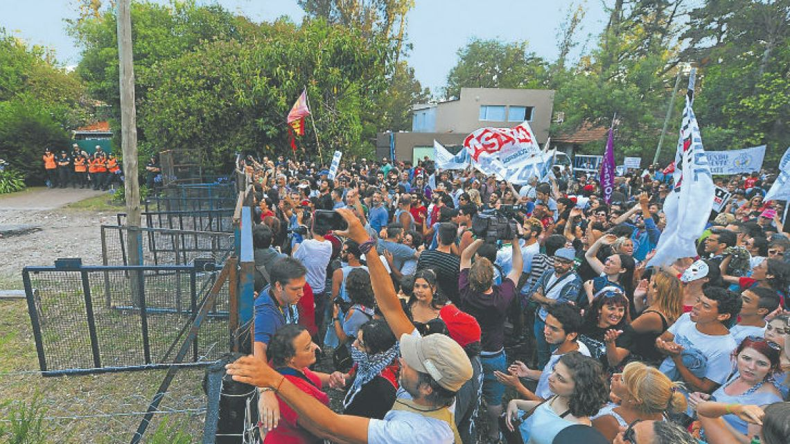 There was fierce protests in Mar del Plata  against the presence of Miguel Etchecolatz.