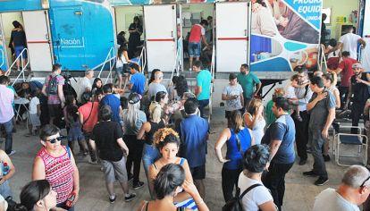 En centros de vacunación cientos de personas hicieron largas filas para aplicarse la vacuna a pesar de que Brasil no exige el certificado.