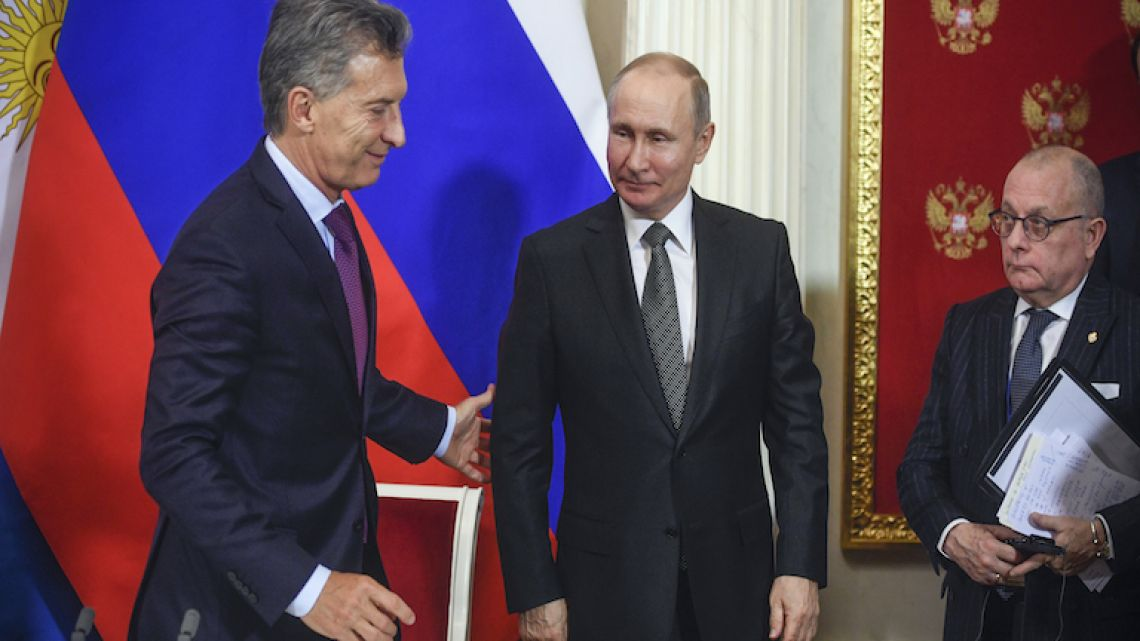 President Mauricio Macri and his Russian counterpart Vladimir Putin leave after a signing ceremony following their meeting at the Kremlin in Moscow yesterday.